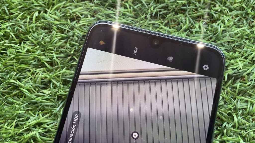 El vivo V21 5G tiene dos flashes para tomar mejores selfis.