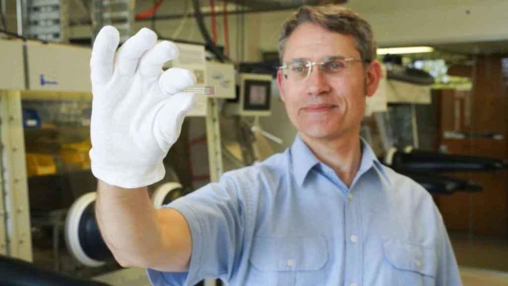 El profesor Paul Dastoor con el sensor en la mano.
