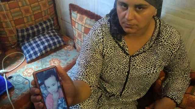 Zakia, mostrando una foto de hijo, Wadia, ahogado este sábado.