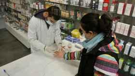 Un farmacéutico realiza una prueba serológica de Covid-19 en una Farmacia de Galicia.
