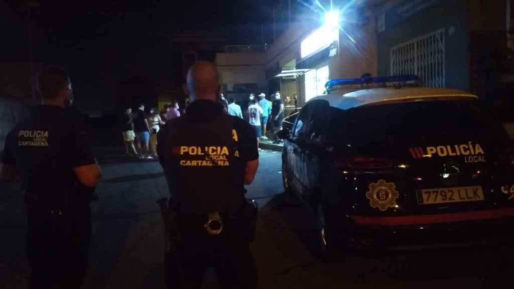 Una pareja de policías locales de Cartagena controlando una calle de Cabo de Palos para que no hagan botellón.