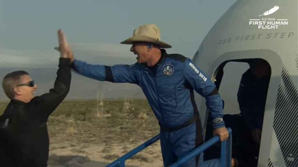 Jeff Bezos saliendo de la cápsula New Shepard