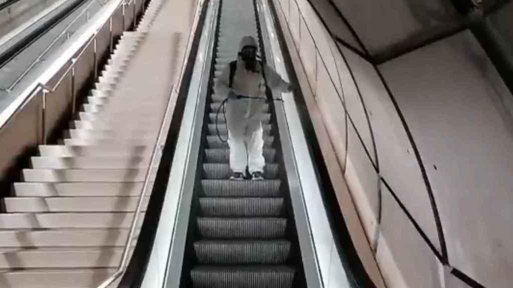 El ya famoso operario desinfectando las escaleras del Metro de Bilbao.