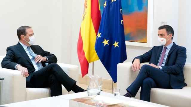 Chuck Robbins, CEO de Cisco,  junto al presidente del Gobierno, Pedro Sánchez, en su encuentro en Moncloa.