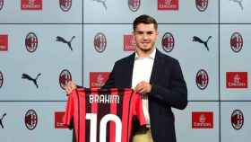 Brahim Díaz posa con la camiseta del AC Milan