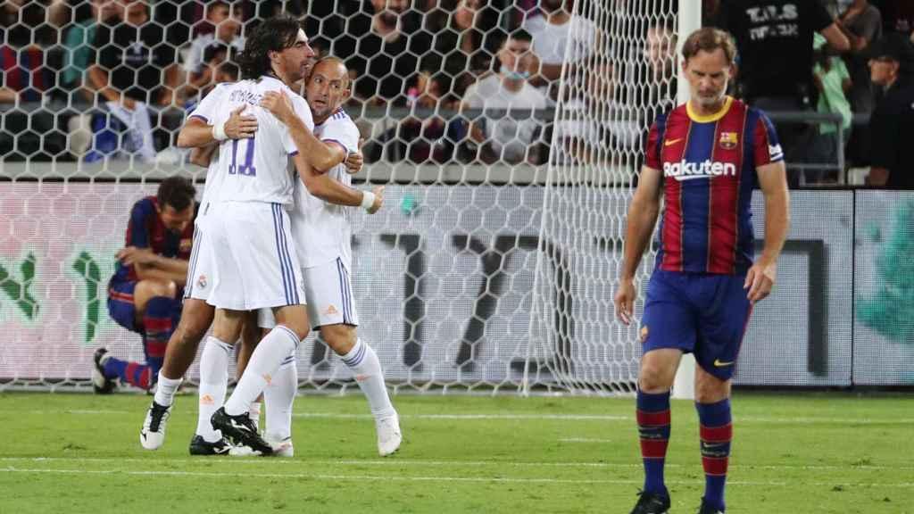 Las leyendas del Real Madrid celebran un gol ante el Barcelona