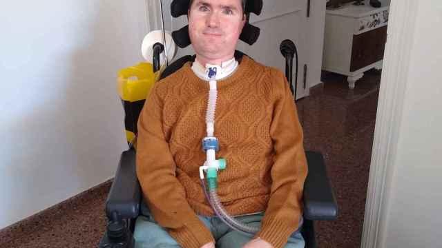 Enric, de 36 años, depende de una máquina para respirar.