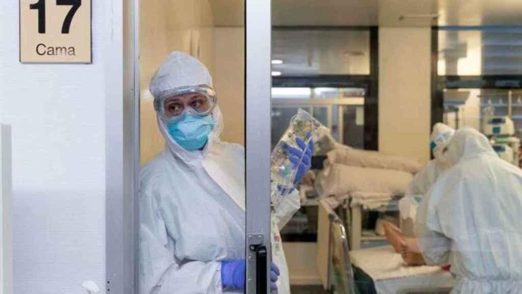Enfermeras y personal médico en una UCI de la Comunitat Valenciana.