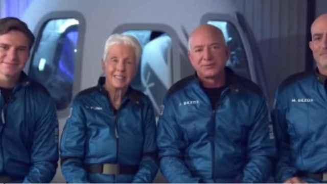 El dueño de Amazon completa con éxito su viaje al espacio a bordo de Blue Origin