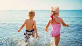 Imagen de archivo de niños bañándose en la playa.