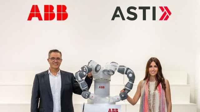 Sami Atiya, presidente de la unidad de Robotics & Discrete Automation de ABB, y Veronica Pascual Boé, CEO de ASTI