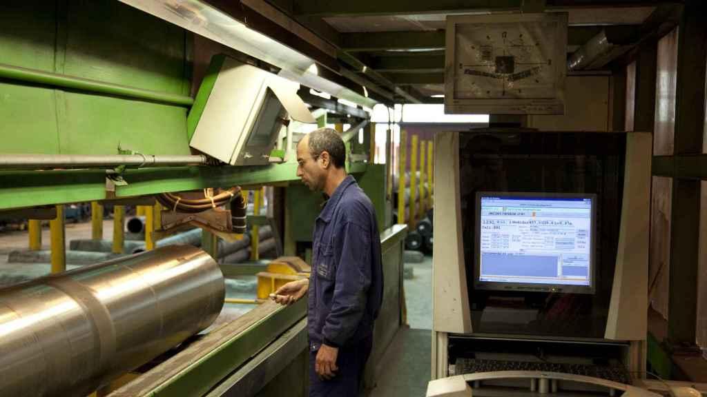 Un empleado de Tubos Reunidos en su puesto de trabajo.