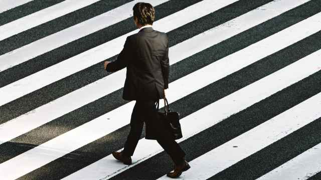 Un ejecutivo camino de una reunión.