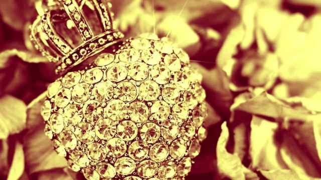 Una joya de diamantes en forma de corazón coronado.
