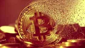 Montaje en el que una moneda física de bitcoin se desvanece.