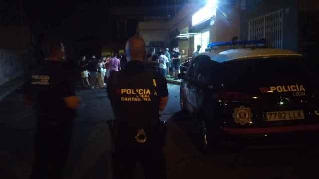 Cientos de jóvenes de fiesta en Cabo de Palos a pesar de la escalada de la cifra de contagios.