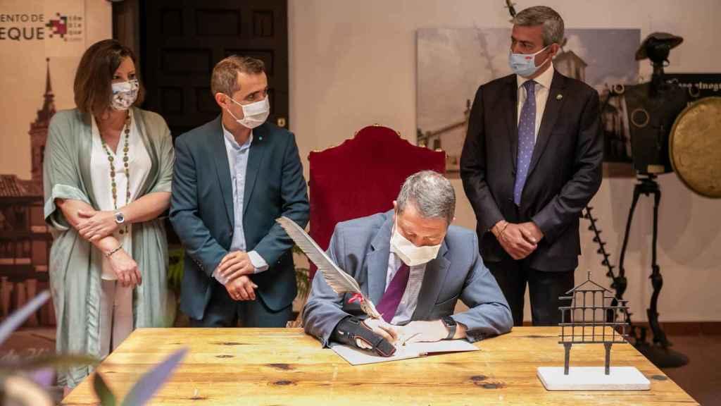 Emiliano García-Page, presidente de Castilla-La Mancha en la inauguración de la Plaza de Tembleque (Toledo)