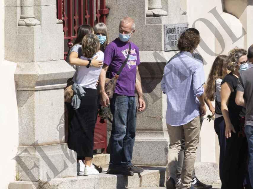 La cantante abrazada a su hija Jara a las puertas del cementerio.