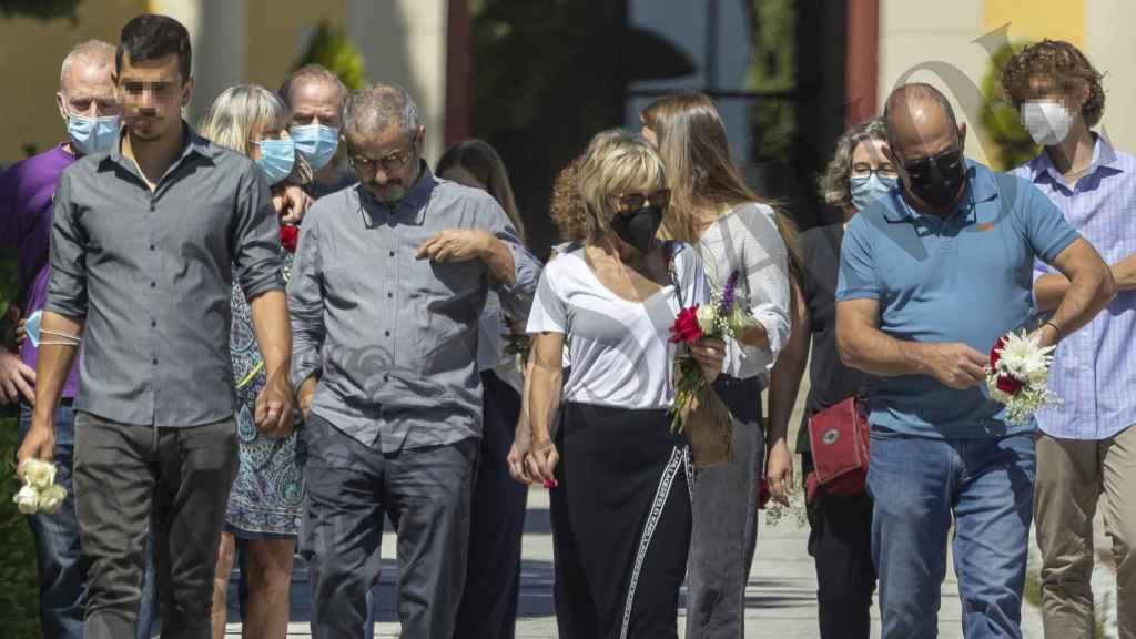 Ana Torroja junto a su familia y su marido tras darle el último adiós a su padre.