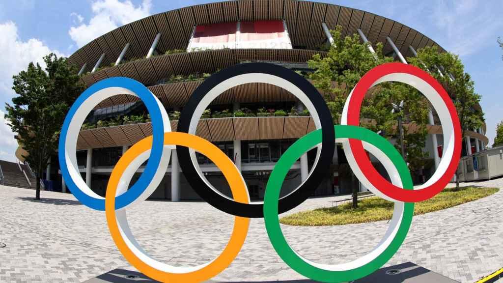 Los aros olímpicos frente al Estadio Nacional de Tokio, el principal coliseo de los Juegos Olímpicos de 2020