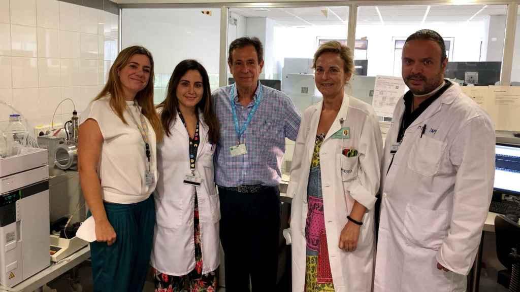 El equipo del Instituto de Investigación Biomédica de Málaga, de izquieda a derecha: Rocío Calvo (Pediatría), Raquel Yahyaoui (Metabolopatías), Juan Pedro López (Pediatría), Carmen Benito (Genética) y Javier Blasco (Pediatría).