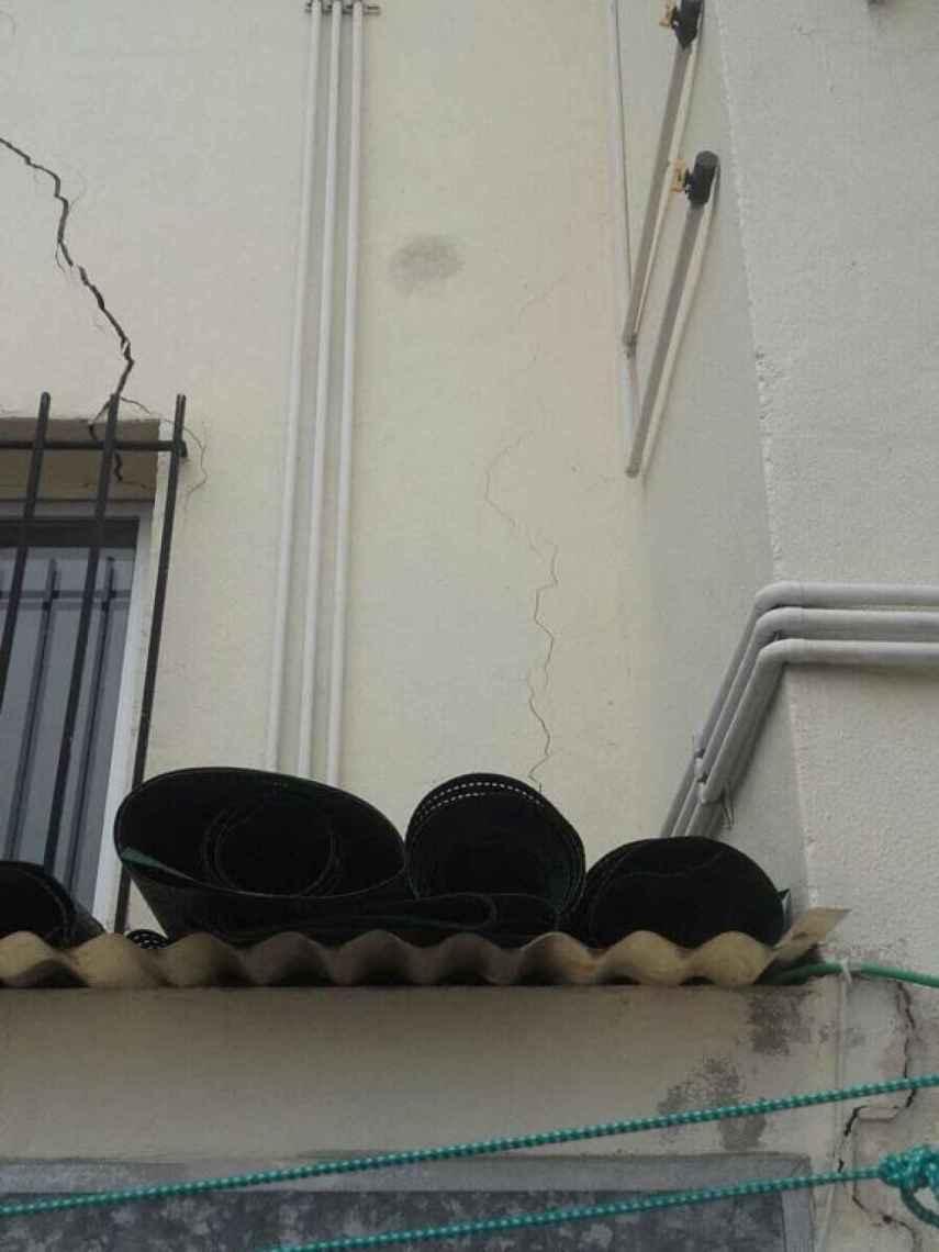 Grietas en la fachada de uno de los edificios de Carranque.