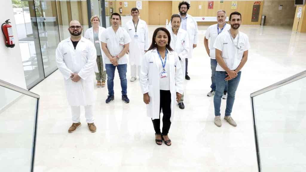 La doctora Alba Ruiz (en el centro) y su equipo del Hospital La Fe de Valencia.