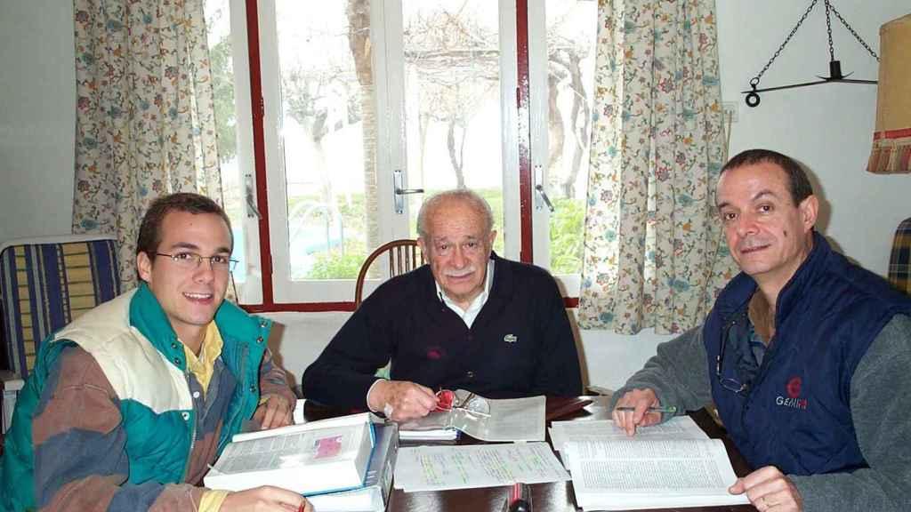 Moraleda, a la derecha, con su hijo y su padre.