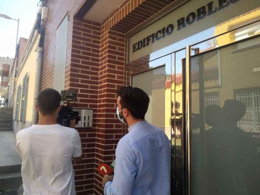 Dos periodistas de los informativos de 7RM en el edificio de Los Ramos donde se produjo la tentativa de homicidio.