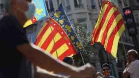 Banderas valencianas frente al Ayuntamiento de Valencia un Nou d'Octubre.