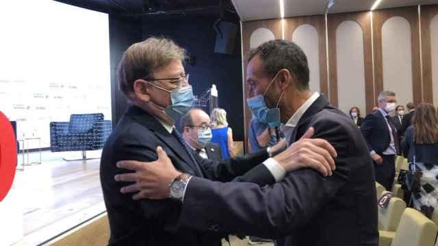 Ximo Puig saluda al alcalde de Elche, Carlos González, en su conferencia en Madrid.