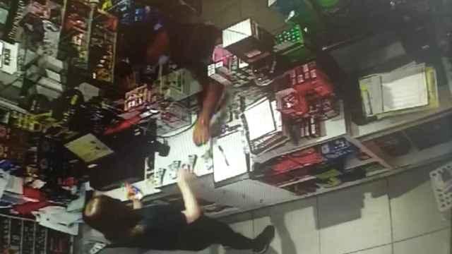 Captura de la cámara de seguridad donde se recoge la estafa.