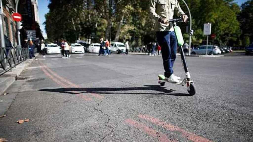 Un patinete eléctrico por una ciudad española.