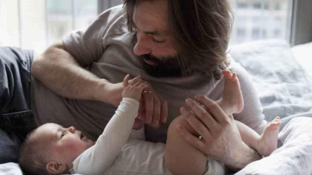 La paradoja del permiso de maternidad: Los hombres disfrutan más de esta prestación que las mujeres