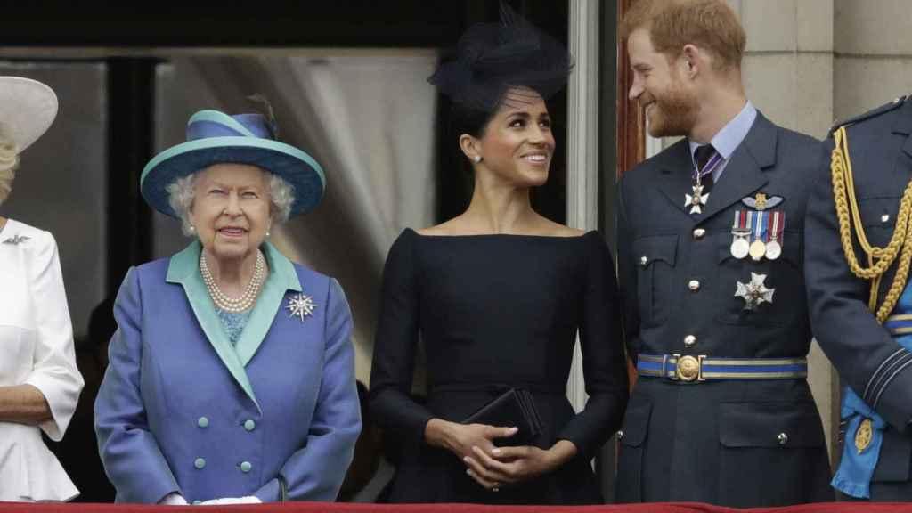 Los duques de Sussex y la reina Isable, en 2018.