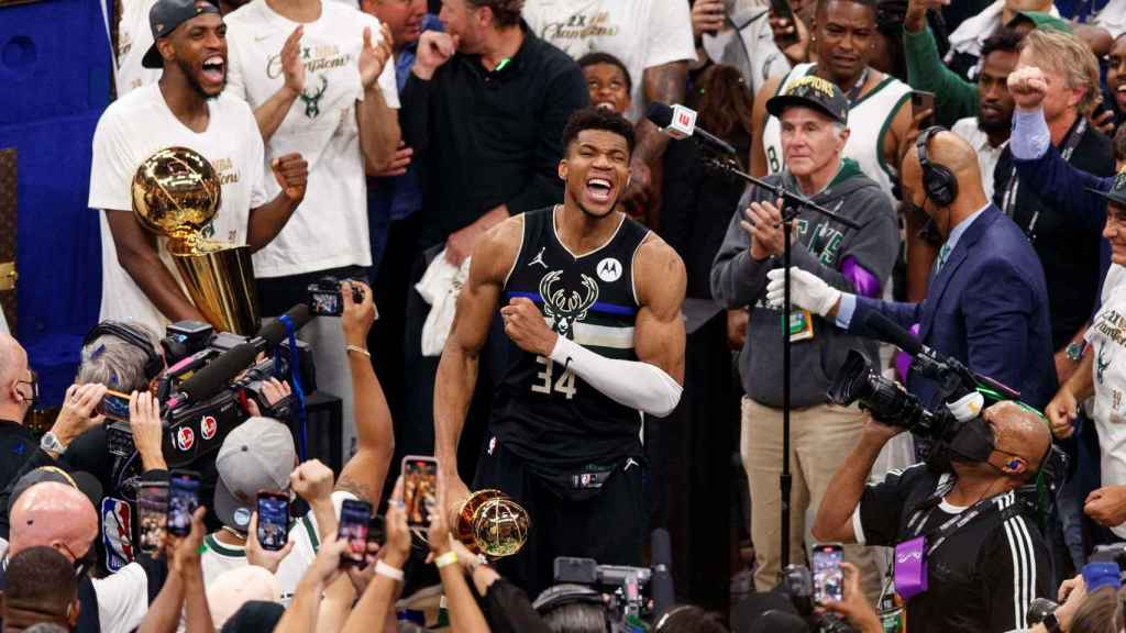 Giannis Antetokounmpo celebra el título de la NBA