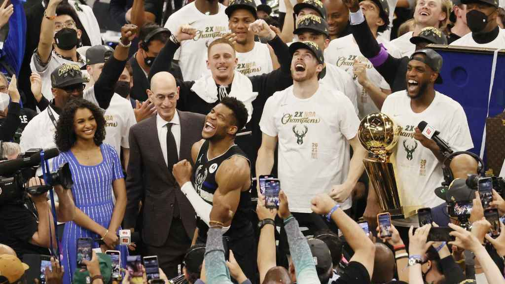 Antetokounmpo celebra el título de la NBA