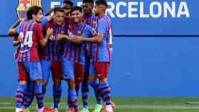Los jugadores del Barça celebran el gol de Rey Manaj