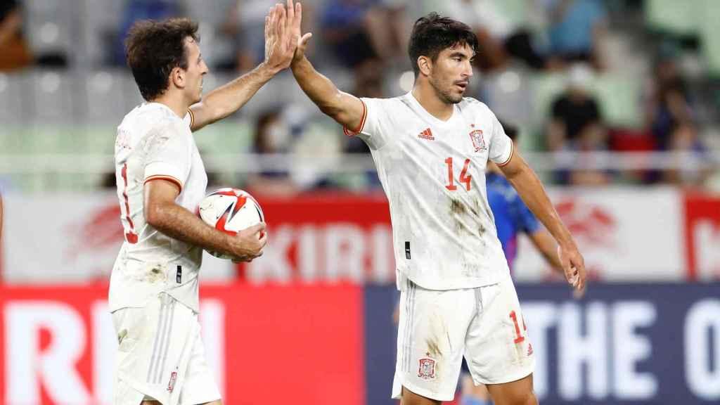 Carlos Soler se felicita con Mikel Oyarzabal tras marcar el gol del empate ante la selección de Japón en un amistoso previo a los JJOO