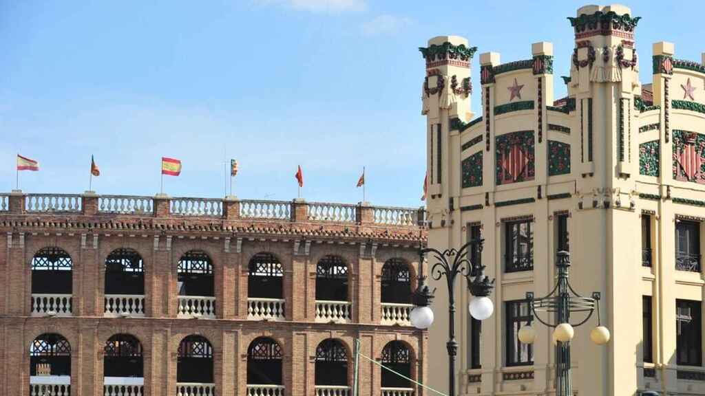 Vista de la Plaza de Toros y de la Estación del Norte de Valencia.