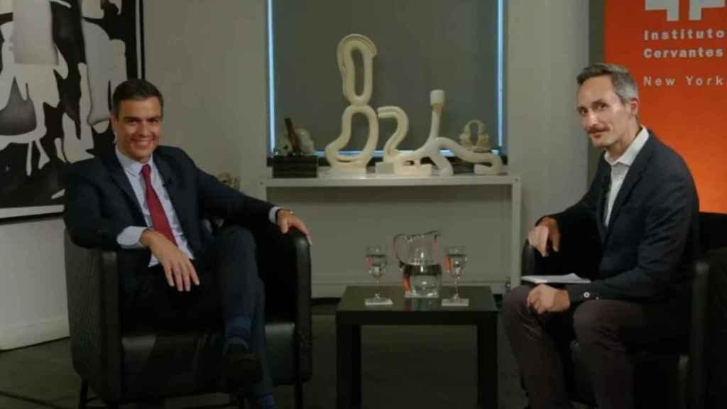 Pedro Sánchez y el editor de Reuters en el Instituto Cervantes de Nueva York.
