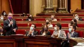 Jaume Giró, este miércoles en el Parlament, aplaudido por Aragonés y otros miembros del Govern./