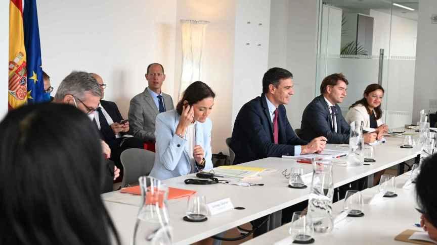 La ministra de Industria, Reyes Maroto; el presidente del Gobierno, Pedro Sánchez y el director de la Oficina Económica de Moncloa, Manuel de la Rocha durante el encuentro con los inversores en Estados Unidos.