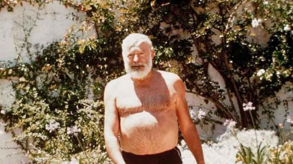 Ernest Hemingway con su bañador en la masión La Cónsula.