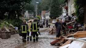Los bomberos en una zona afectada por las inundaciones en Alemania.