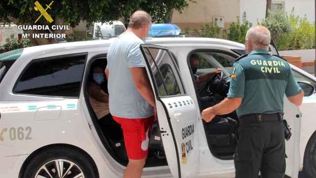 Imagen de uno de los detenidos, custodiado por la Guardia Civil.