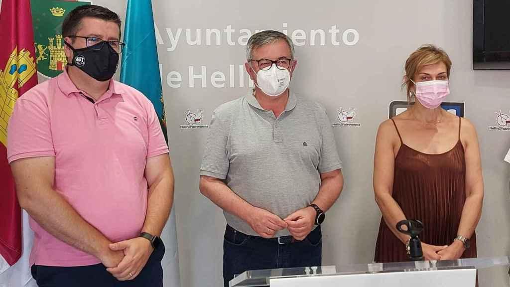 Los secretarios generales de UGT y CCOO en Albacete, Francisco Javier González y Carmen Juste,  con el alcalde de Hellín, Ramón García