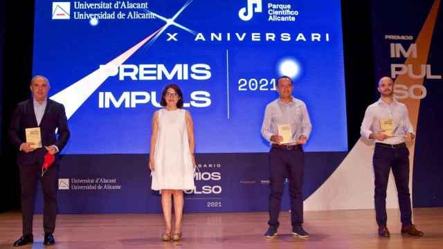 La rectora Amparo Navarro con los premiados en la gala Impulso de la UA.