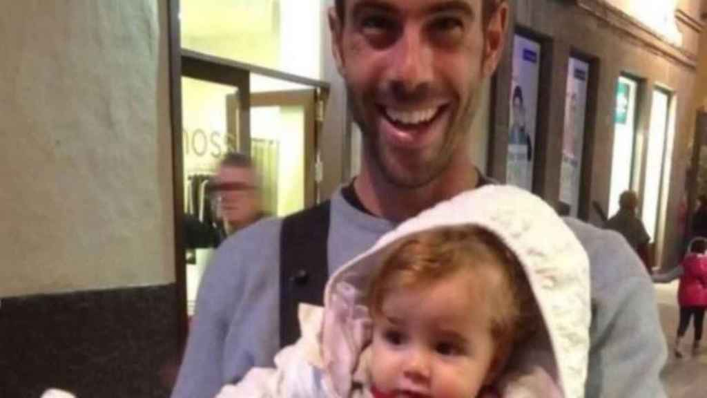 Tomás Gimeno junto a su hija Anna, de un año.