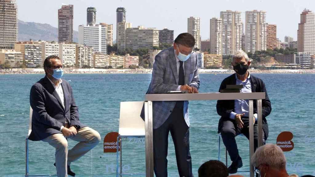 Momento de la firma del protocolo.